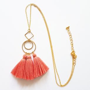 Bohemiskt, handggjort halsband i korall och guldfärg. Justerbar längd på kedjan. Går att beställa i andra färger!