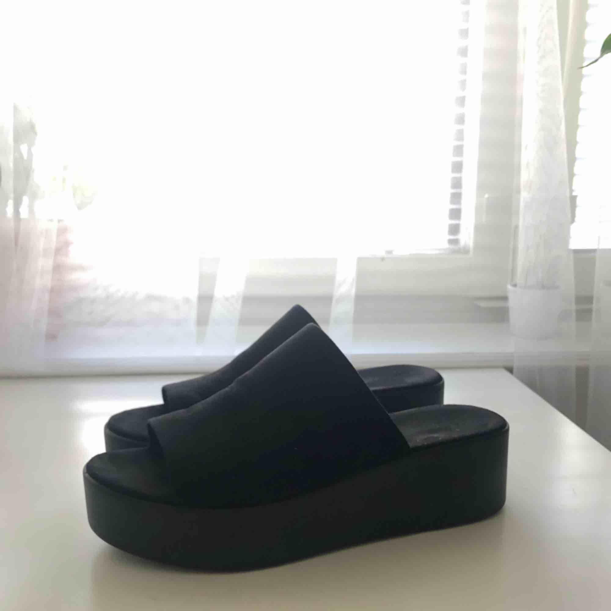Mules/slides med platå! Perfekta men används inte nog av mig 💔. Skor.