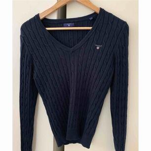 En blå kabel stickad GANT tröja, Storlek S.  Skicket är som ny.  Nypris:1299kr