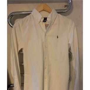 En vit Ralph Lauren skjorta, Storlek S.  Skicket är som ny.
