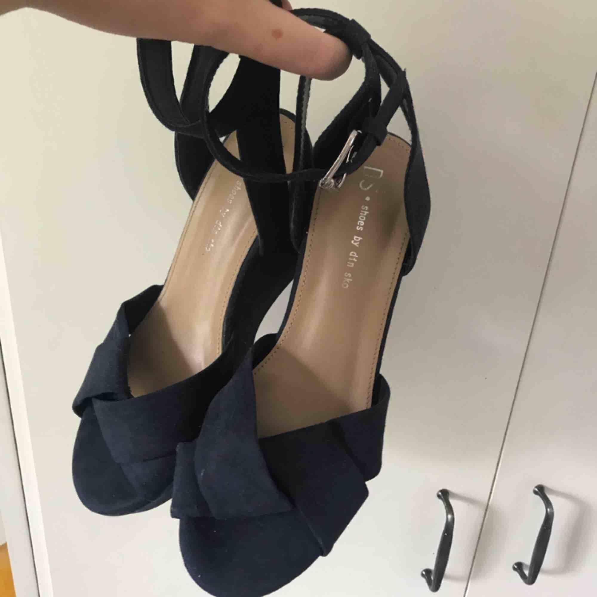 Mörkblå kilklack från din sko. Strl 37 men passar mig som vanligtvis har 38. Använda en gång men jätte sköna att gå i. 100kr + frakt. Kan mötas upp i tranåsområdet eller i sthlm.. Skor.