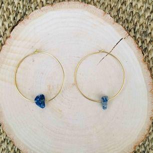 Handgjorda örhängen med mörkblå sten - frakt 9 kr