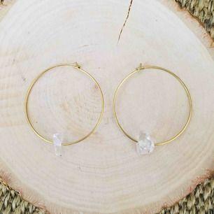 Handgjorda örhängen med glaspärla - frakt 9 kr