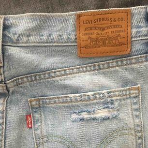 Superfin Levis kjol inköpt på Levis! Använd en gång men säljes pga att den är alldeles för stor. Ordinarie pris 550kr