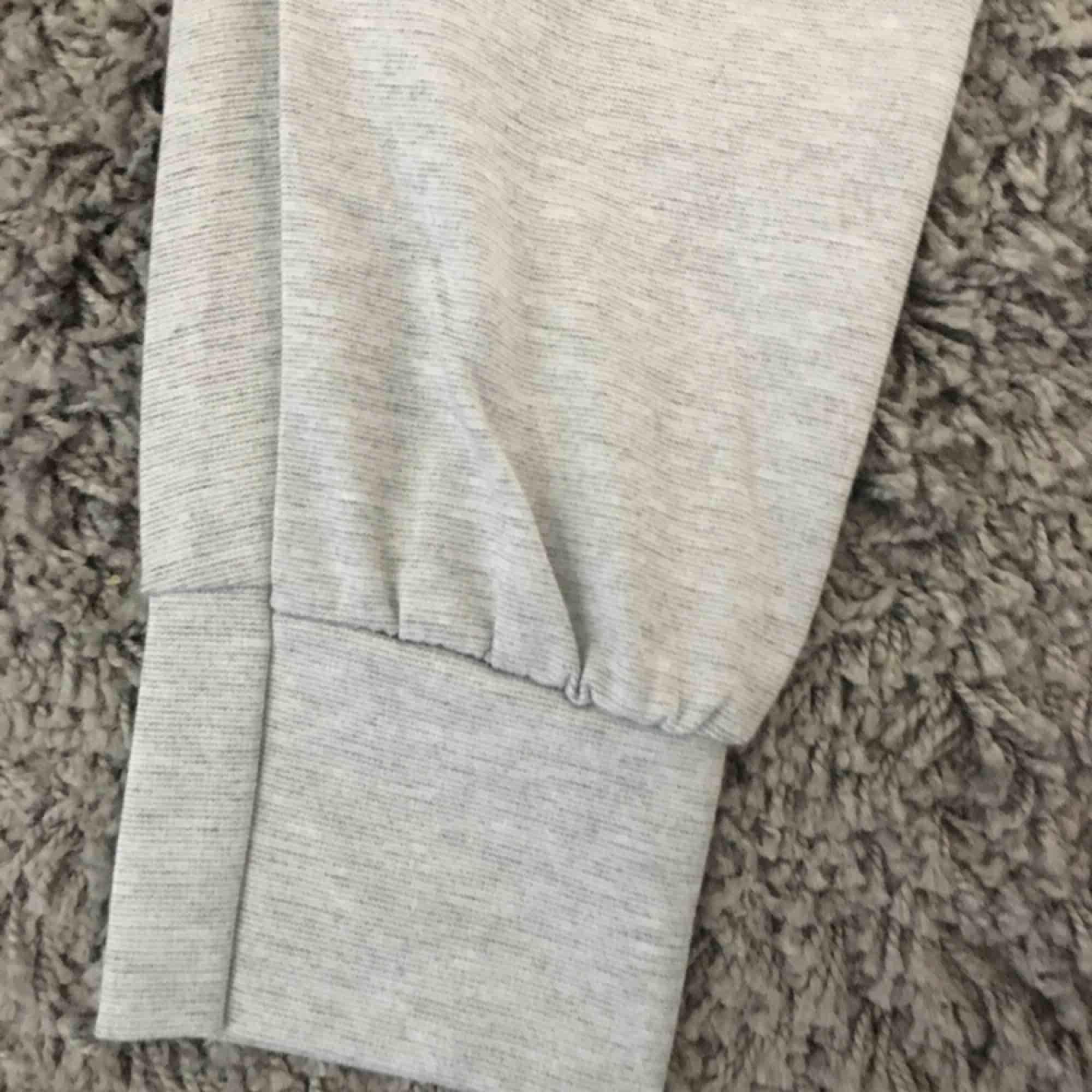 Sköna mjukisbyxor från madlady! Säljes pgr av att det är föra stora för mig, använda en gång. Superskönt material!. Jeans & Byxor.