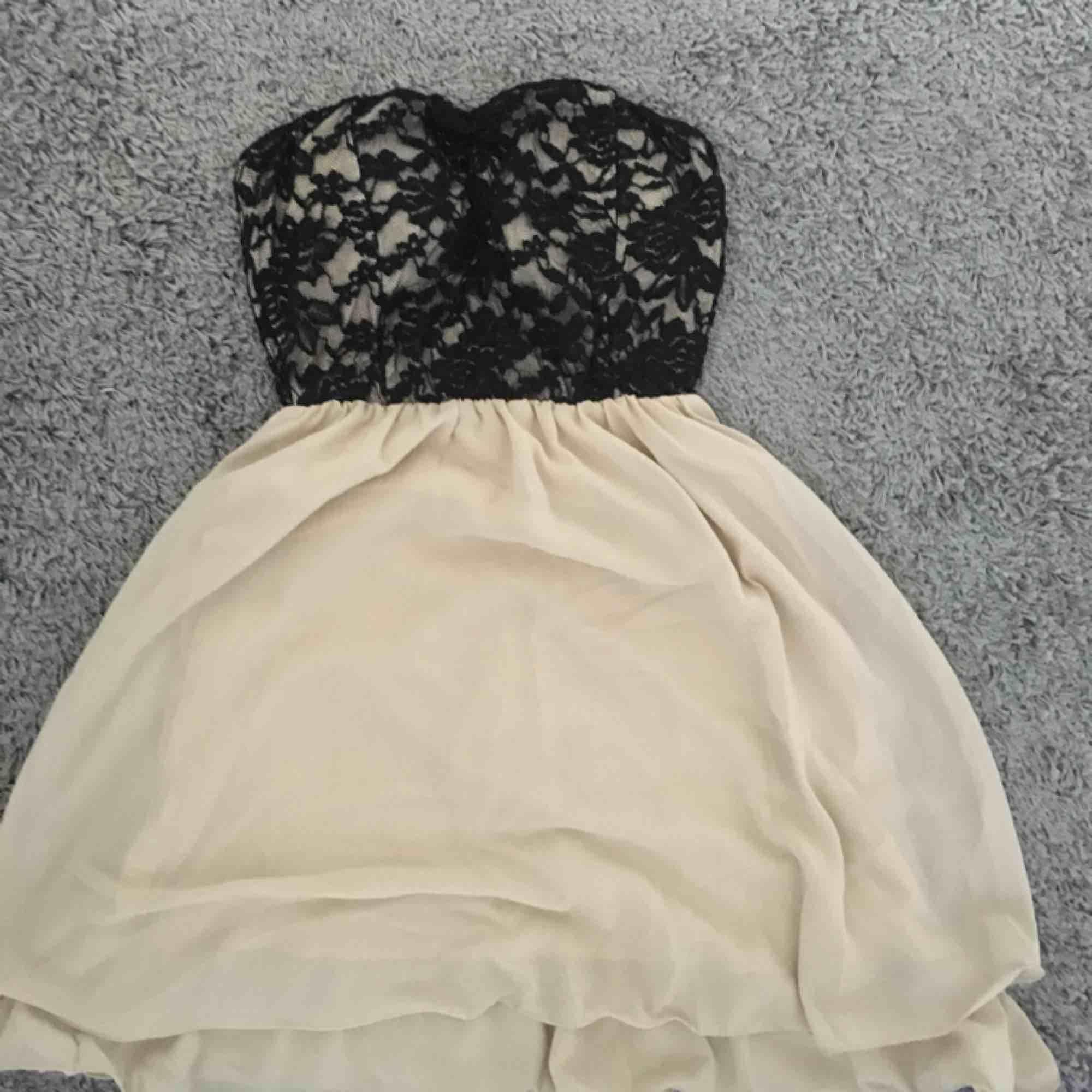 Klänning som köptes i Spanien! Kommer ej till användning längre. Skriv för intresse eller fler bilder!😁. Klänningar.