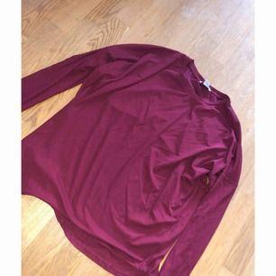 Vinröd tröja ifrån Monki, lite ribbat material. Stor i storleken så passar upp till L. Använd 1 gång