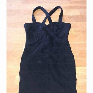 """Superfin fodralklänning ifrån BikBok med stora """"ränder"""" men helfärgad svart. Fint skick använd 2 ggr."""