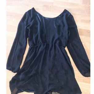 """Superfin svart långärmad klänning, svart """"underkjol"""" och transparent flugit material över. Öppen vringad rygg. Storlek S men passar även en M."""