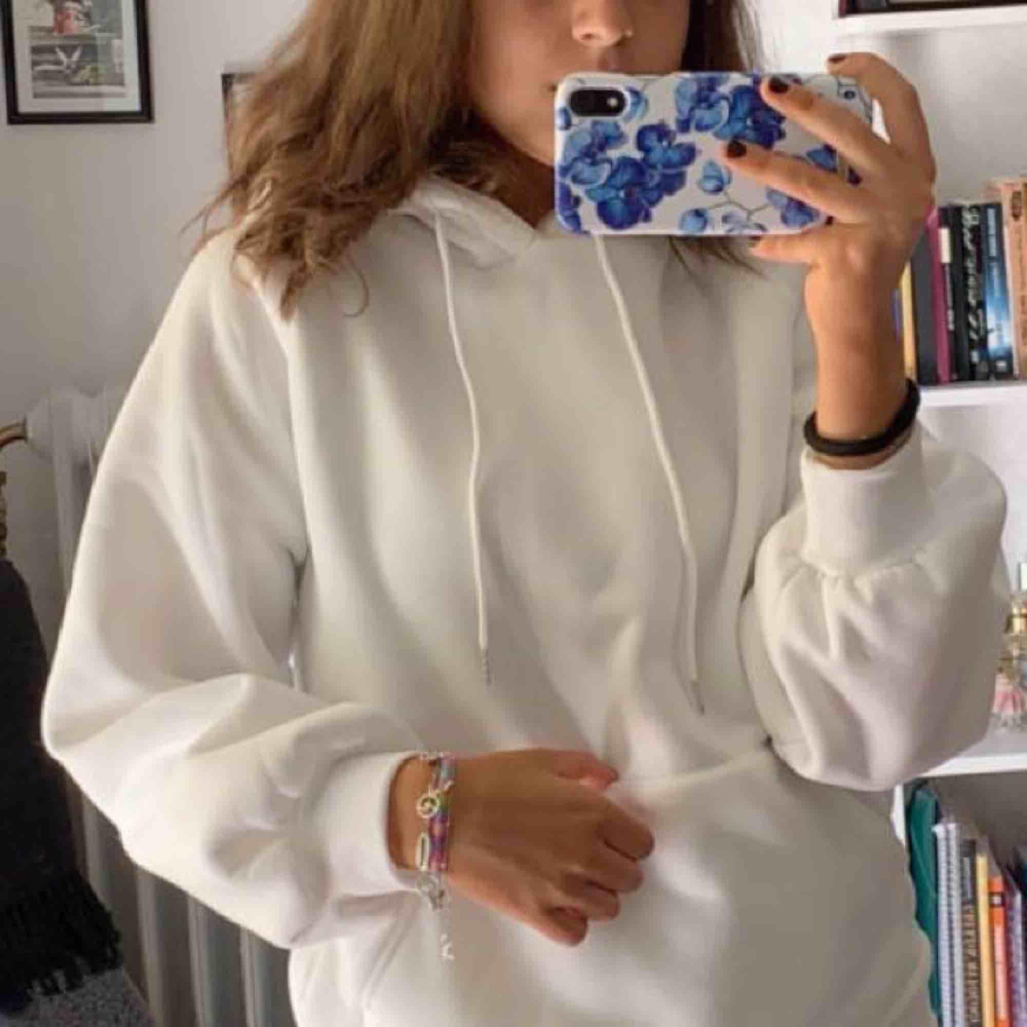 Asmysig vit hoodie, aldrig använd då jag råkade beställa 2 lika dana🤷♀️💞 . Huvtröjor & Träningströjor.