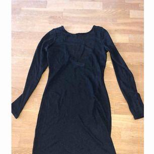 Jättefin svart småglittrig (syns på 3e bilden) långärmad klänning med lite urringning i ryggen. Använd 2 gånger.