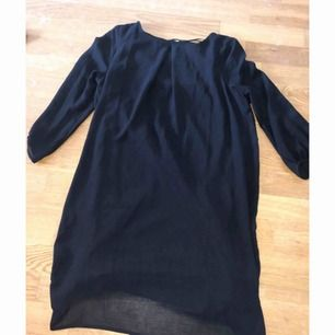 """Hm's klassiska superfina långärmade klänning med transparent material över """"underklänningen"""". Liten dragkedja i ryggen. Som oanvänd."""