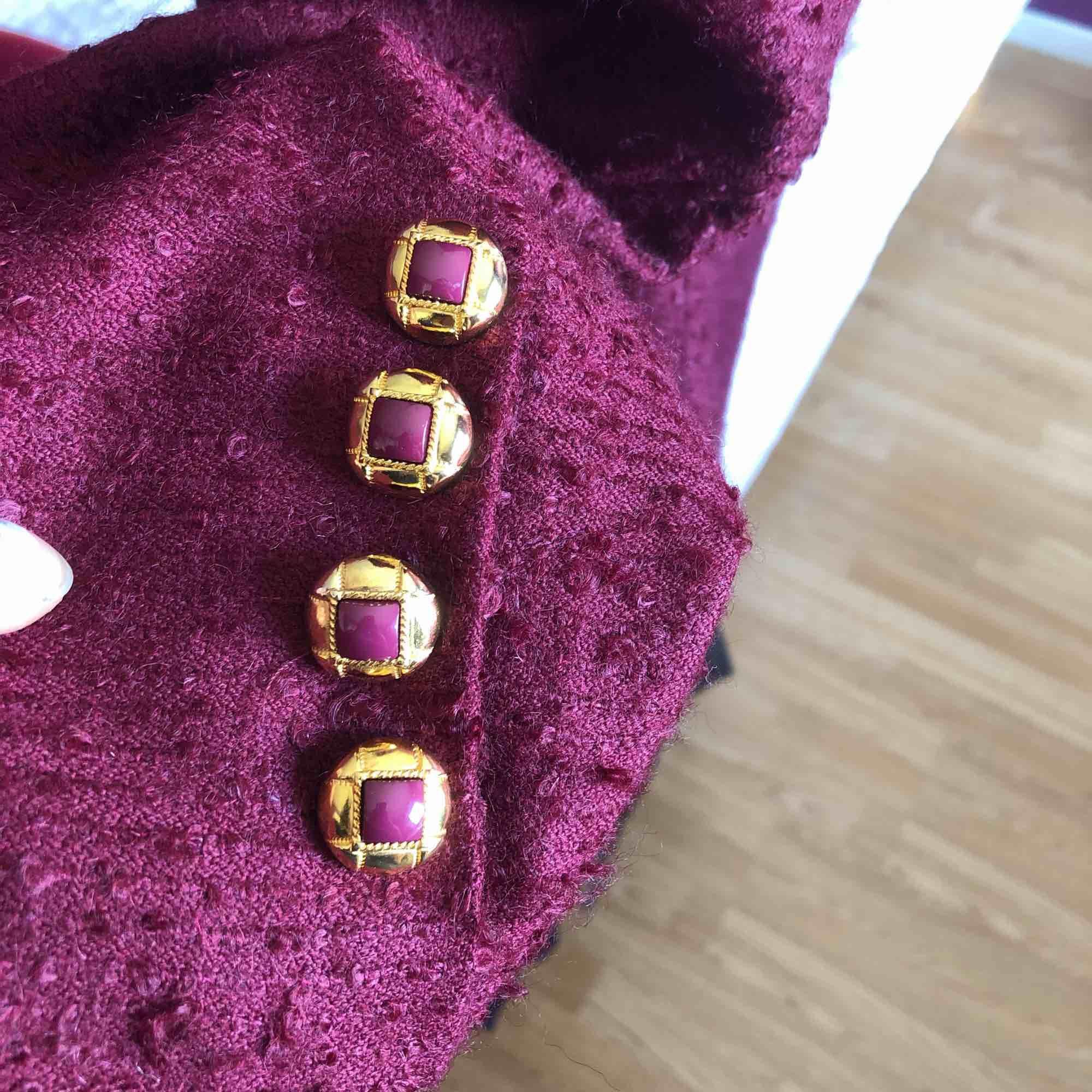 Jätte snygg röd kavaj med guldiga knappar! Lite nopprig men ser fortfarande bra ut :). Jackor.