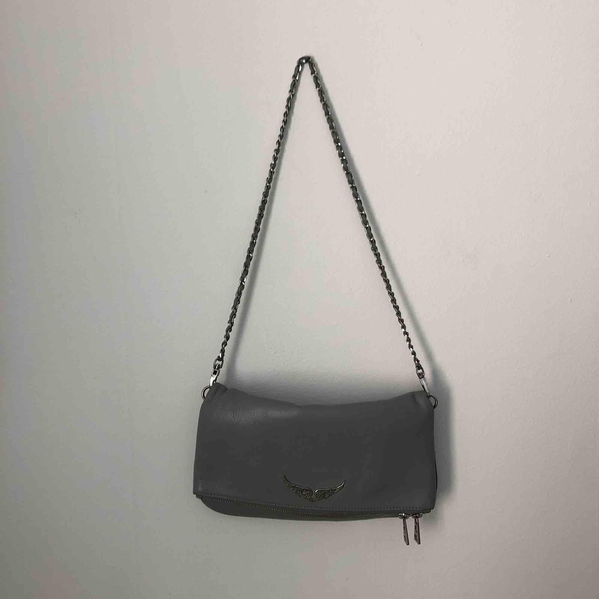 En fin, grå Zadig & Voltaire väska i använt skick. Det långa bandet saknas.  Nytt pris: 2700kr. Väskor.