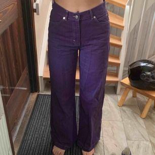 Lila vida jeans med vita sömmar från pull&bear. Använda 2 gånger. Fråga osv