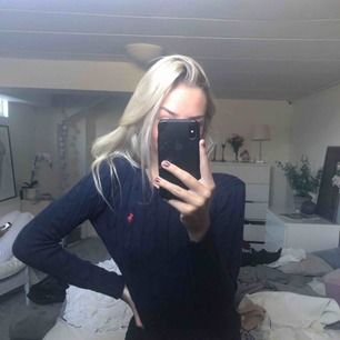 Ralph Lauren kabelstickad tröja!! Passar till det mesta 🤩 Använd vid några få tillfällen men ser helt nyköpt ut med ett 5/5 skick 💕 Köpt för 1499kr