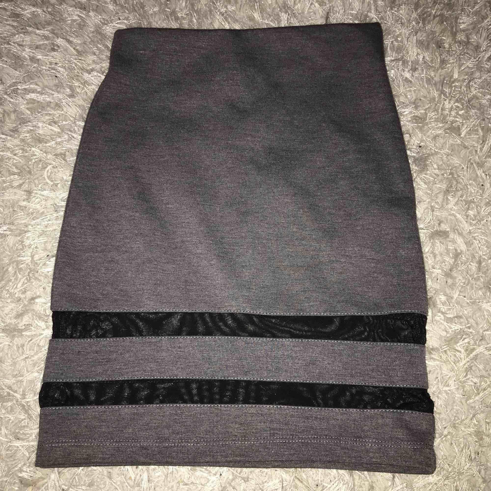 Säljer en grå kjol från hm i storlek XS skriv om ni undrar ngt elr vill ha mera bilder 🥰. Kjolar.