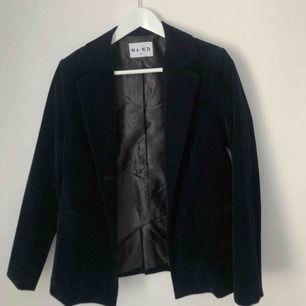 Mörkblå sammetskavaj ifrån NA-KD. Använd en gång!  Nytt pris:500