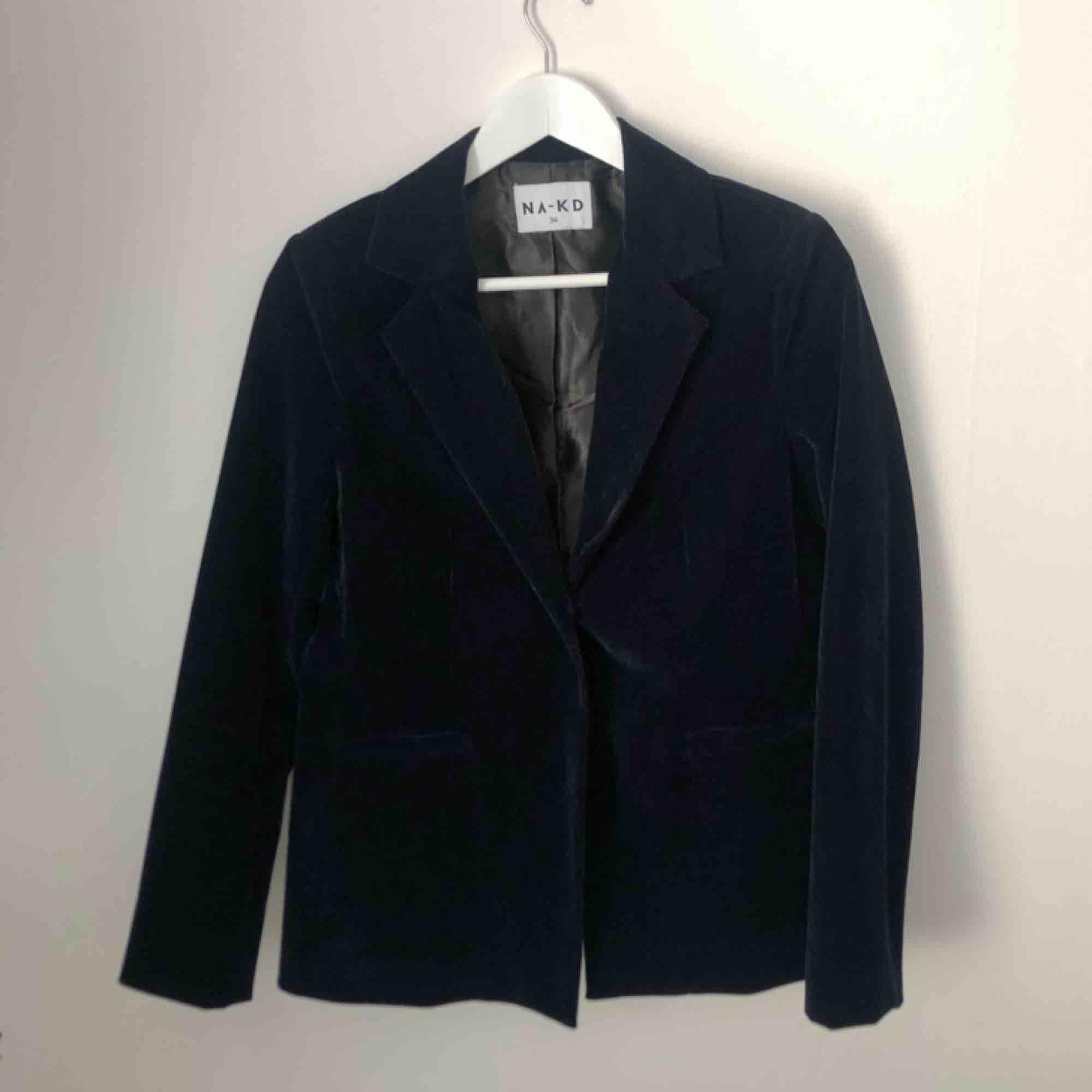 Mörkblå sammetskavaj ifrån NA-KD. Använd en gång!  Nytt pris:500. Kostymer.