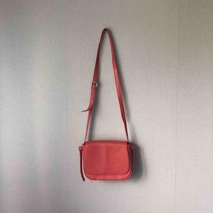 Korallröd crossbody-väska i äkta läder från Don Donna. Knappt använd. Köparen betalar frakt. ✨