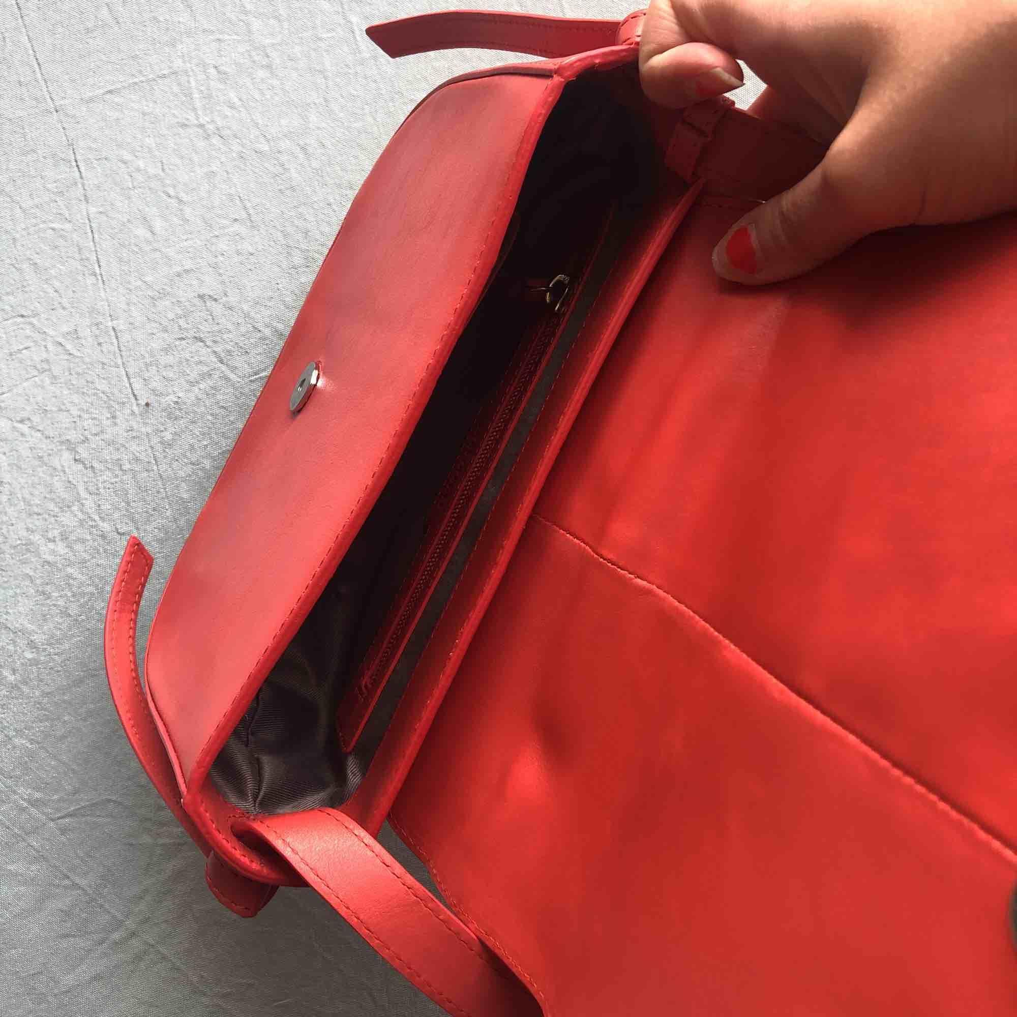 Korallröd crossbody-väska i äkta läder från Don Donna. Knappt använd. Köparen betalar frakt. ✨. Väskor.