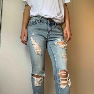 Boyfriend jeans från Urban Outfitters bdg. Sitter lite stort i midjan och har därför endast används ett fåtal gånger. Jeansen är i bra skick. Nypris ca 600kr