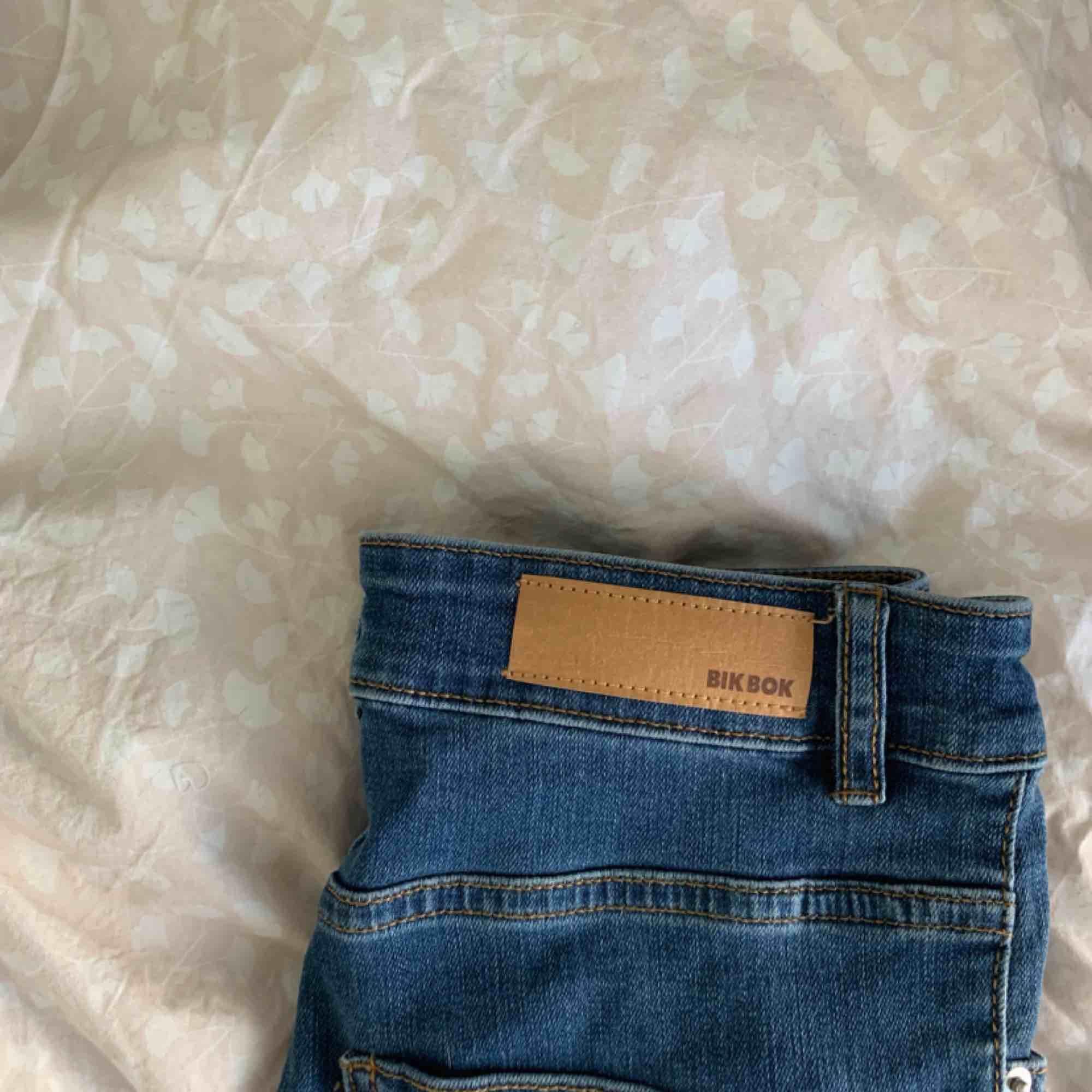 Säljer ett par blåa tighta jeans från bikbok i storlek XS❣️Aldrig använda så i superfint skick! Frakt tillkommer🌷. Jeans & Byxor.