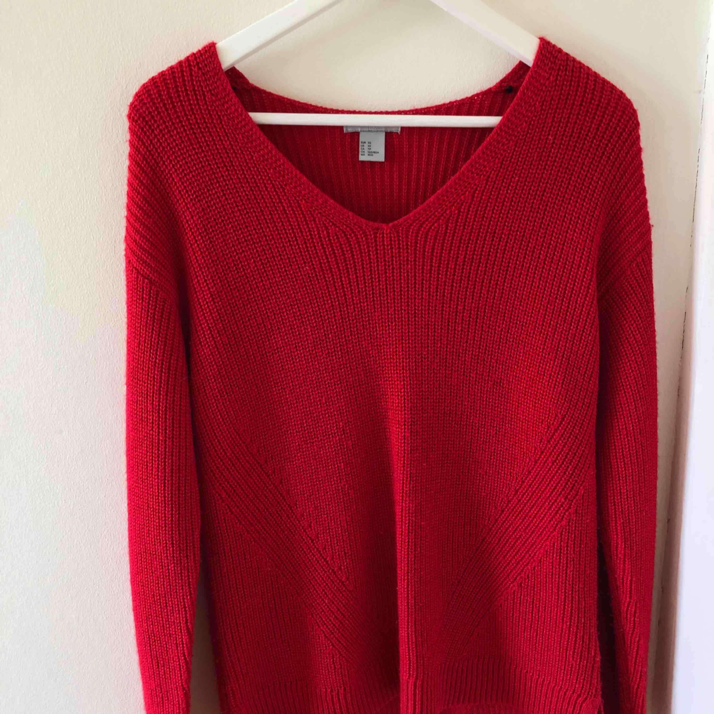 Röd stickad tröja från H&M som är super mysig och snygg! Använd endast 4 gånger!!. Tröjor & Koftor.