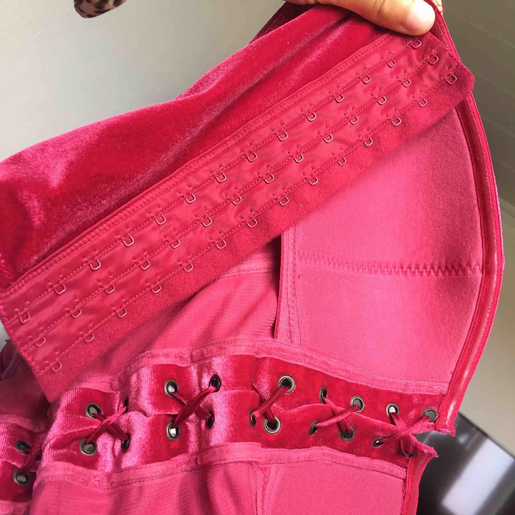 Världens finaste vintage korsett i sammet!!! 🌺 Färgen är så grym 😭 Det svider att sälja denna pärlan men den används för sällan </3  • Följ min profil och kolla gärna mina andra ads, nyskick, trendigt, prisvärt 💓 • . Toppar.