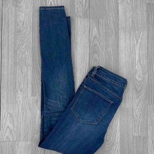 Blå skinny jeans från Lager157 i storlek S. Bra skick. Frakt kostar 55kr extra, postar med videobevis/bildbevis. Jag garanterar en snabb pålitlig affär!✨ ✖️Fraktar endast✖️