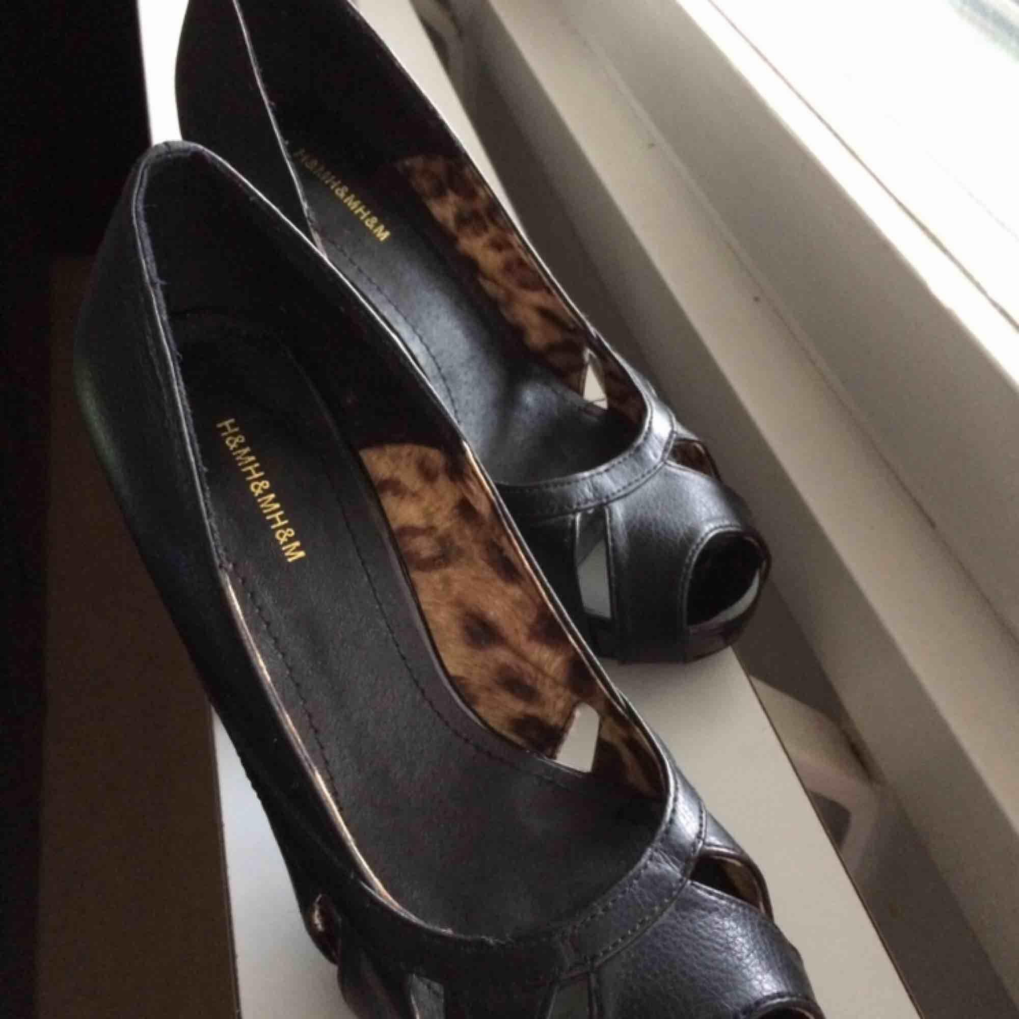 Högklackade skor storlek 36. Klack 10 cm.  Skorna är från H&M Använda två ggr .  Bilden får säga resten. Hämtas i Uppsala eller annars betalar köparen frakt.  Så länge annonsen visas är det till salu. . Skor.