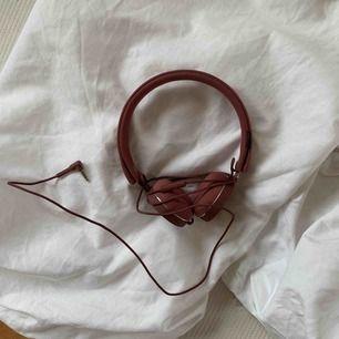 Helt fungerade hörlurar från Urban Ears som inte kommer till användning då jag har en par andra. En liten tråd har kommit upp som bilden visar samt att det finns någon sminkfläck som säkert går bort om man försöker. Skickas mot frakt 🌿
