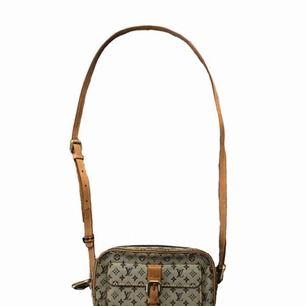 Vintage Louis Vuitton Väska! Väskan är skick 5/10. Tyget har släppt på ena sidan men går nog att fixa hos en skomakare för cirka 200kr.   Väskan är givetvis äkta  Fraktar / möts upp i Falun