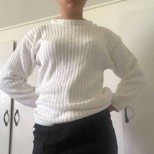 Fin vit stickad tjocktröja. Står ingen storlek, men skulle tro att den är i M. Köparen står för frakten🌸