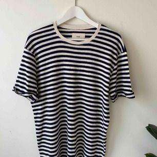 Mörkblå Randig T-Shirt från brittiska Folk. Storlek M passar nog även S. Fint material! Går bra att hämta på Södermalm annars kostar frakt 40 kr.
