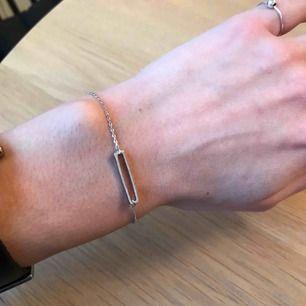Tunt silvrigt armband, köpt i new york. Aldrig använt då detta var en present. Går att hämta på Södermalm annars tillkommer frakt på 10 kr