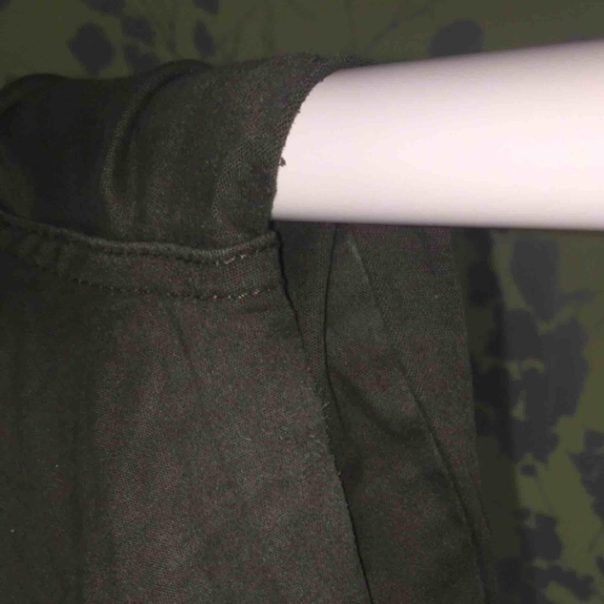 Gröna cargobyxor från madlady, använt ett antal gånger och lite slitna vid ljumskarna men dem är ändå i bra skick . Jeans & Byxor.