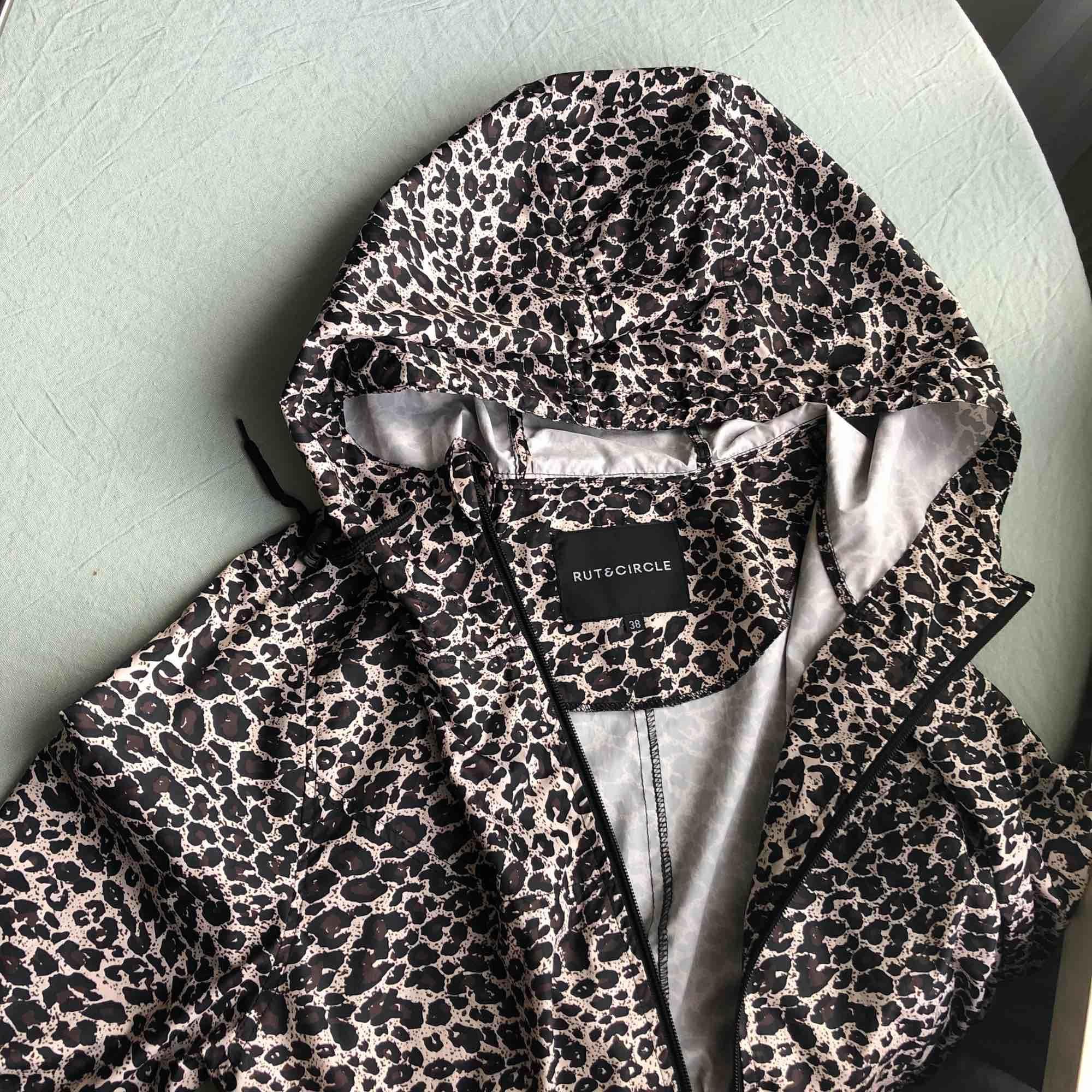 Tunn leopardmönstrad jacka från Rut&Circle. Storlek 38. Fint skick! 150kr inkl frakt. ✨. Jackor.