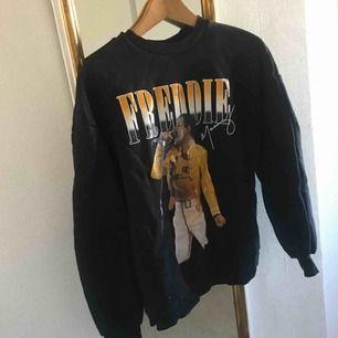 Jättefin tröja från Bershka i strl S, som har tryck av Freddie Mercury från bandet Queen! Säljer då den inte används så mycket. Köparen står för frakt ☺️