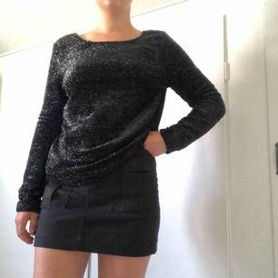 Cool svart glittrig tröja. Öppen rygg. Köparen står för frakten🌸