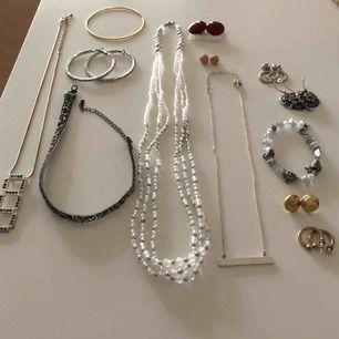 3 halsband. 1 choker. 2 armband 7 par örhängen. Smyckena är begagnade och missfärg och repor fInns. Hämtning i Uppsala eller annars betalar köparen för frakten för 36 kr. Så länge annonsen visas är det till salu.