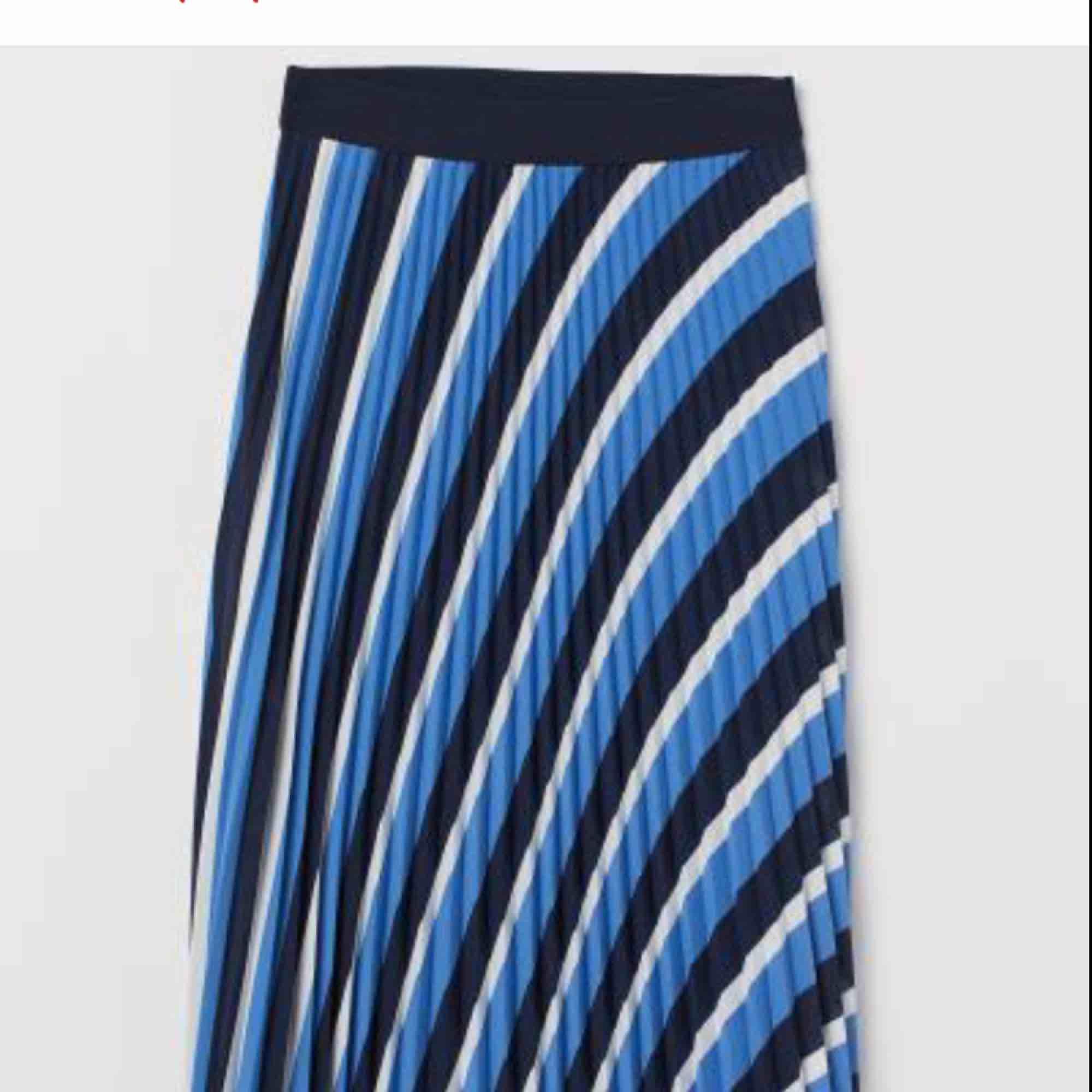 Stretchig kjol ifrån H&M i storlek 34 knappt använd . Kjolar.