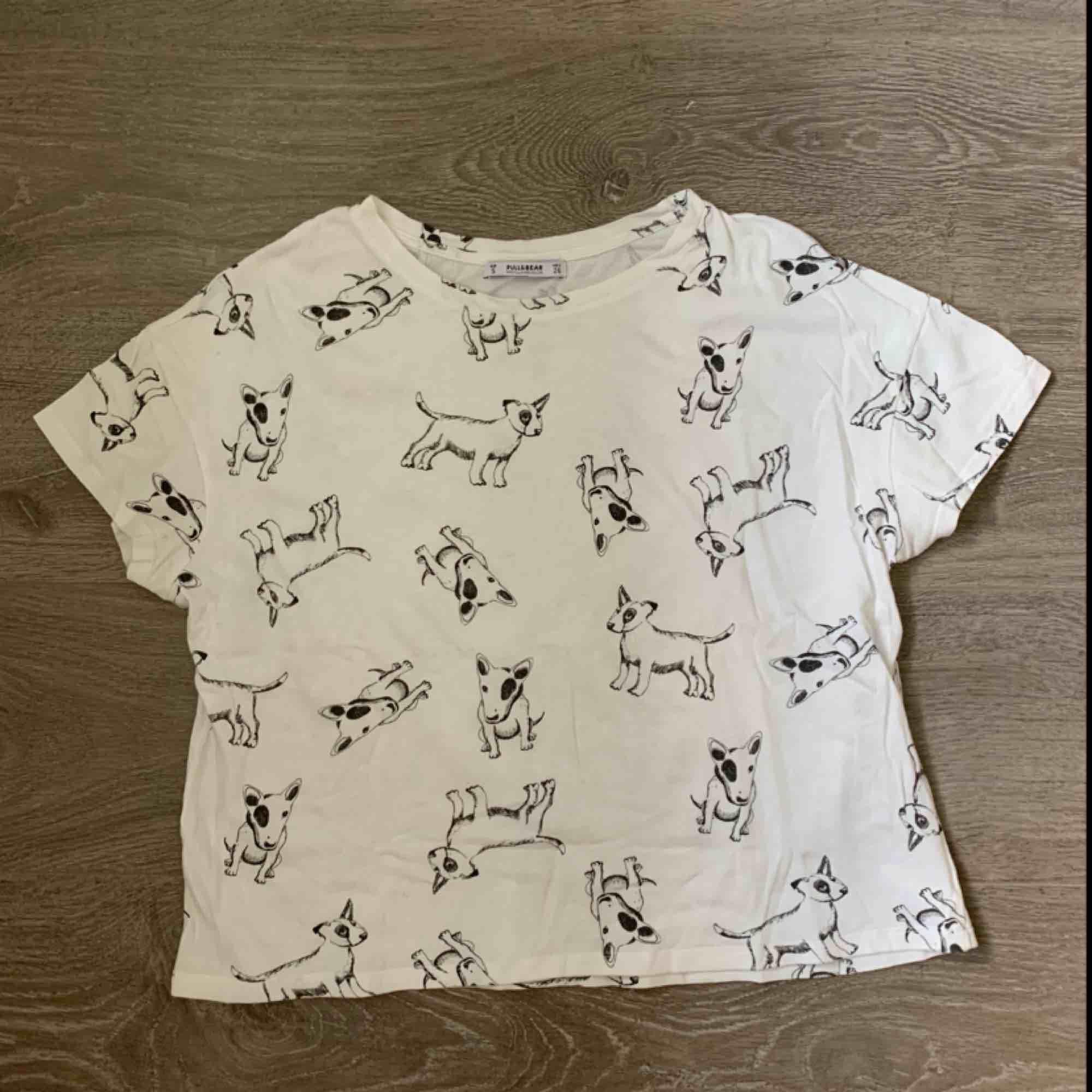 Söt T-shirt från Pull & Bear! Passar mig bra som vanligtvis har XS/S. Frakt inräknat i priset, tar endast swish. Bara att skicka en fråga om du undrar något! . T-shirts.