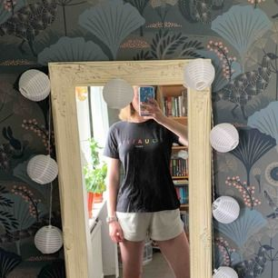 """Fin """"equality"""" T-shirt från Gina! Passar mig bra som vanligtvis har XS/S. Frakt inräknat i priset, tar endast swish. Bara att skicka en fråga om du undrar något!"""