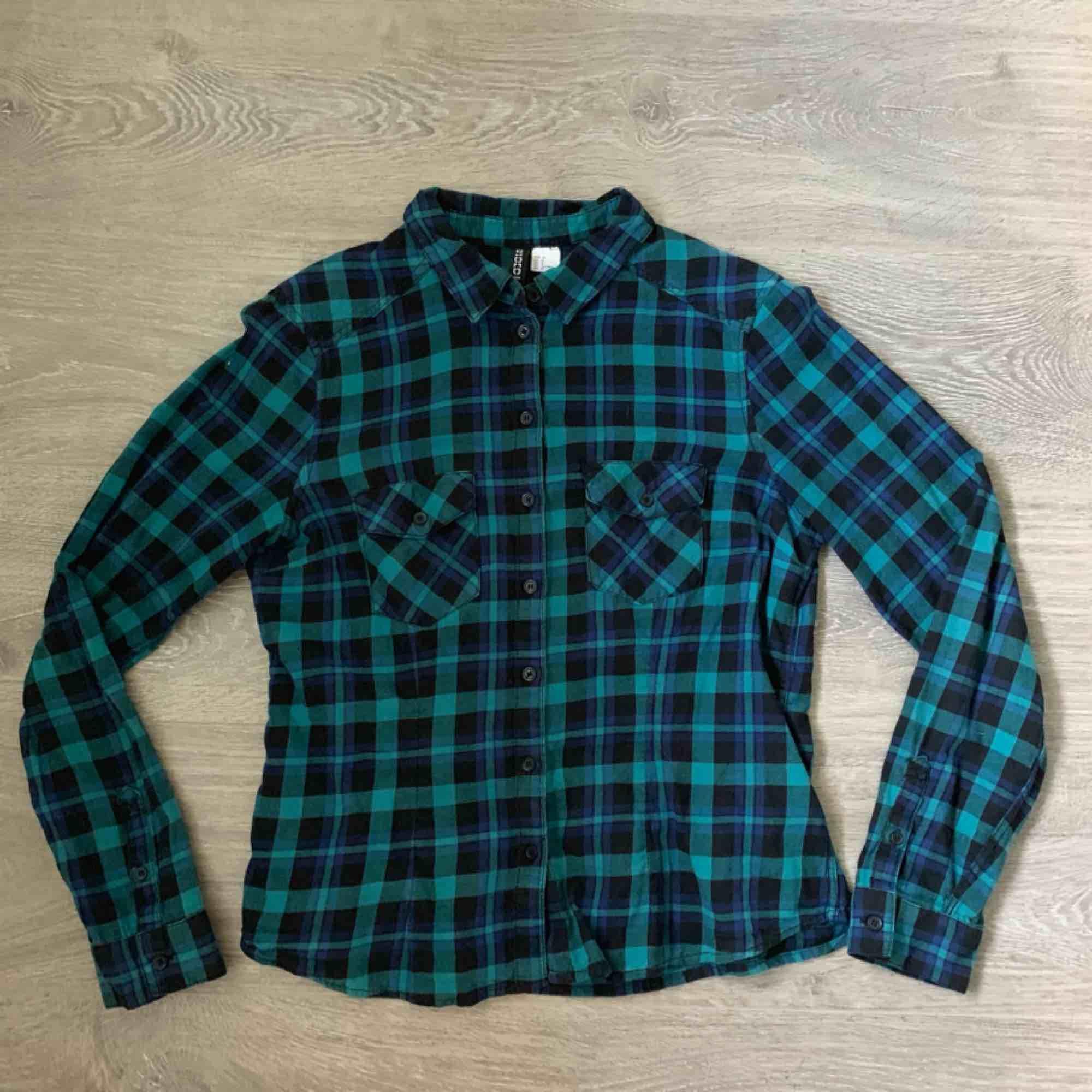 Cool flannel från HM! Passar mig bra som vanligtvis har XS/S. Frakt inräknat i priset, tar endast swish. Bara att skicka en fråga om du undrar något! . Skjortor.