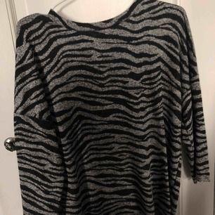 Tröja ifrån zara i zebra mönster Använd några få gånger Nypris 179kr