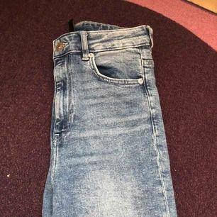 Köpare står för frakt! Högmidjade slitna jeans