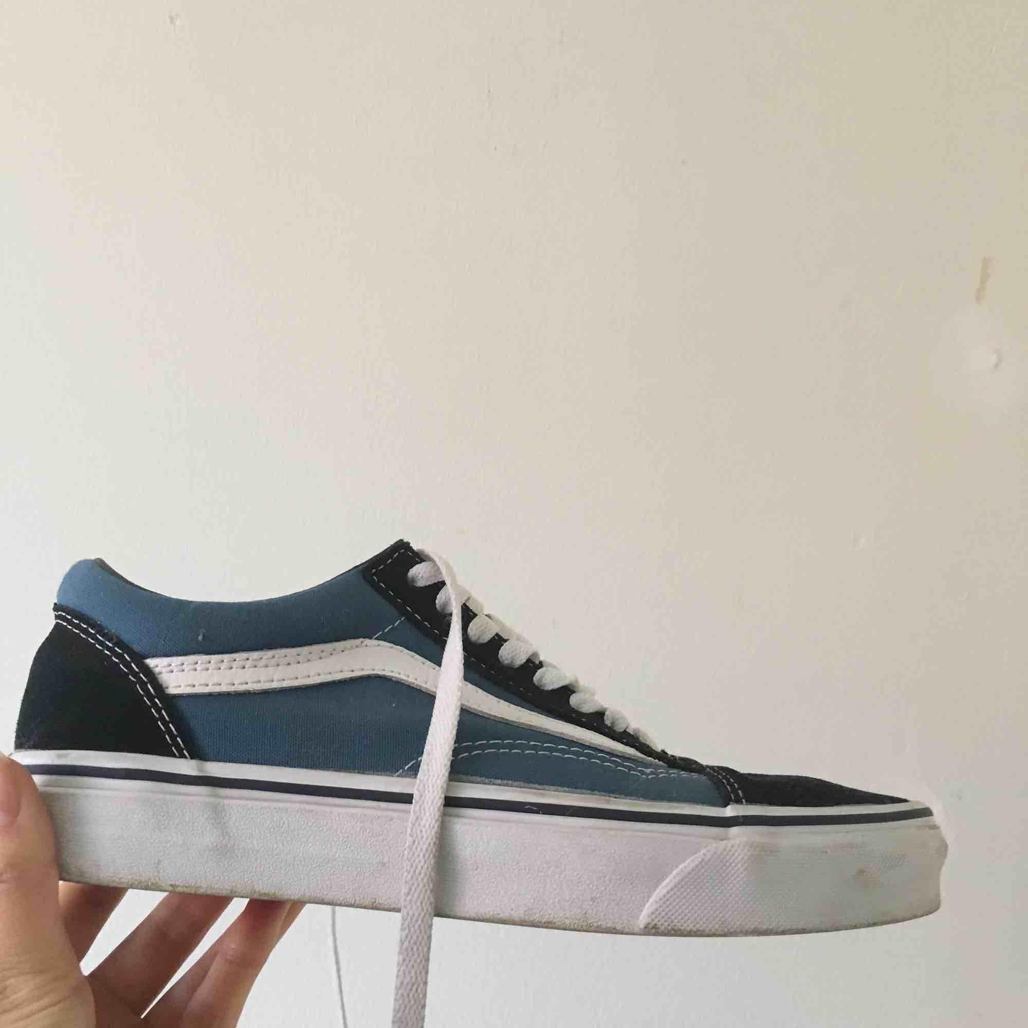 Vans old skool, använda ett fåtal gånger men säljer pågrund av att de är lite för stora för mig. Sulan i den vänstra skon har släppt lite, se bild. Men annars är de i fint skick. . Skor.