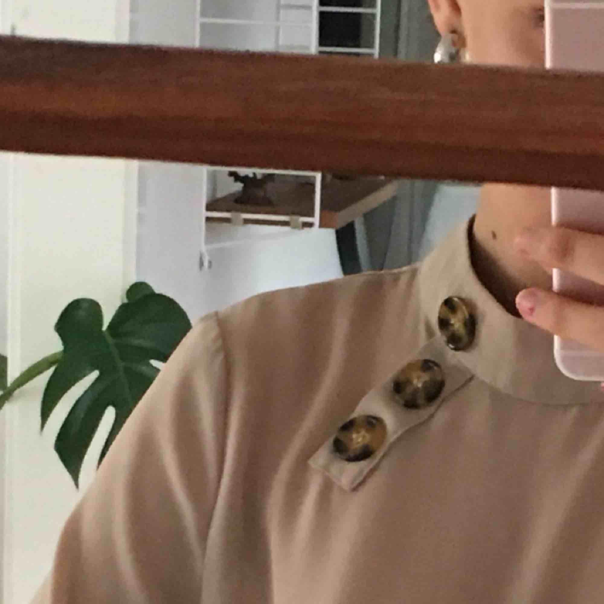 blus med knappar som detaljer i mycket bra skick, köparen står för frakten!!!. Blusar.