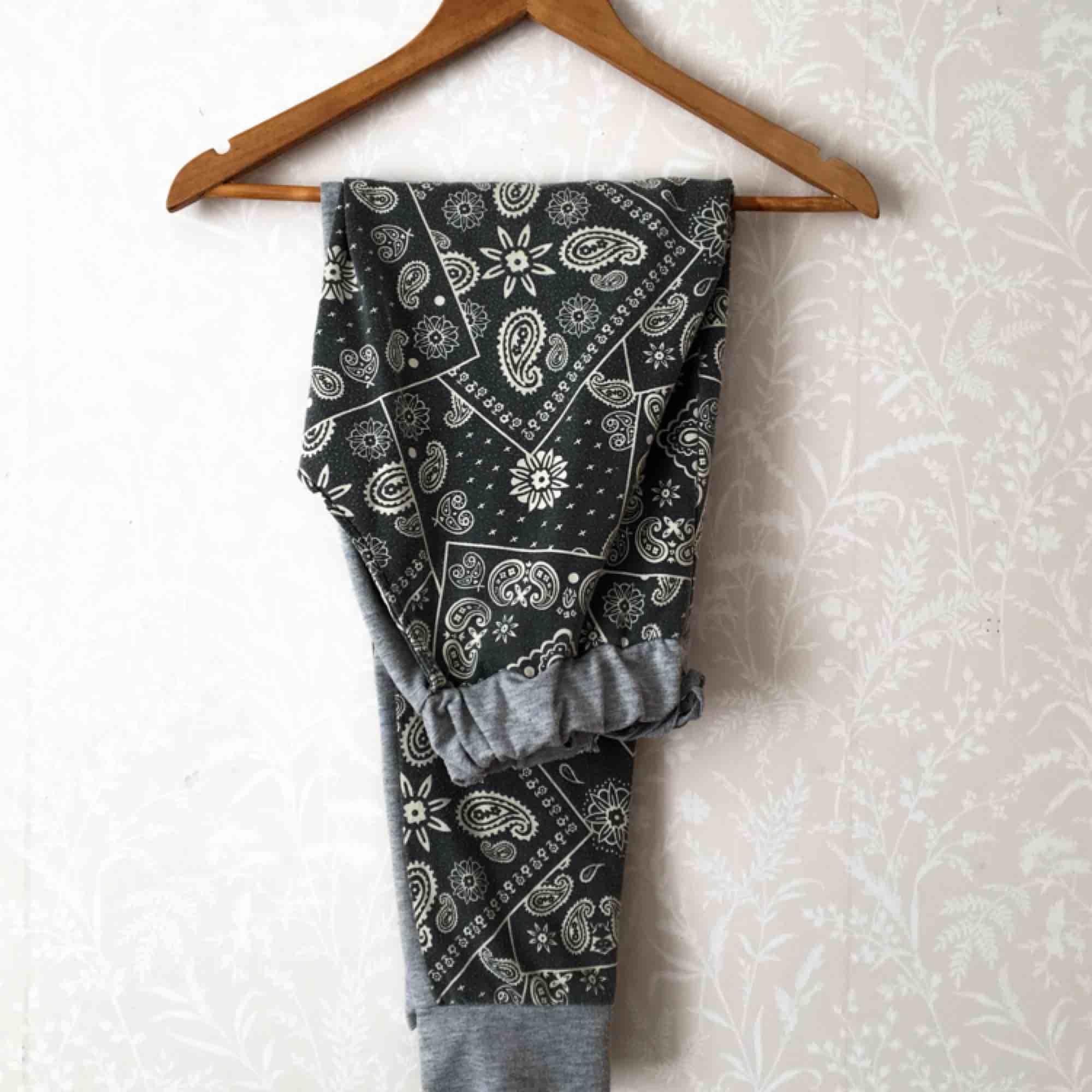 Fräcka mjukisbyxor men rokoko liknade mönster. Detaljer i form av gråa muddar och falska fickor på rumpan. Är ganska noppiga och därav priset. Kan frakta eller mötas upp i Stockholmslmrådet.. Jeans & Byxor.